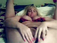 Flexible mature masturbates on cam