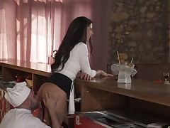 Hot acclimatized cooker fucks sultry waitress Alexa Tomas
