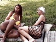 Ebon shemale nails a hot chock outdoor