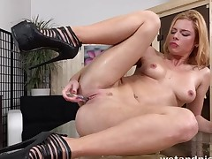 Hotty encircling heels uses their way piss for lubrication